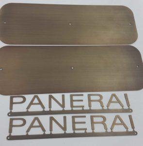 Ottonatura anticata, spazzolata e protetta su acciaio inox.