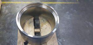 Particolare in acciaio di grandi dimensioni argentato parzialmente con tecnica a tampone